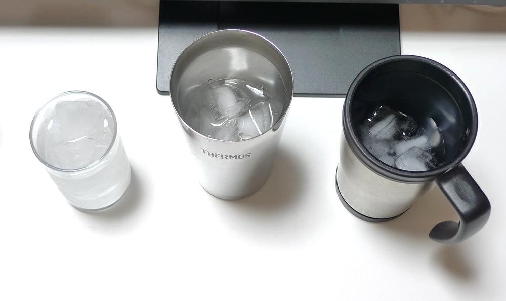 結露しない真空タンブラー・コップ・マグカップにミネラルウォーターを入れる