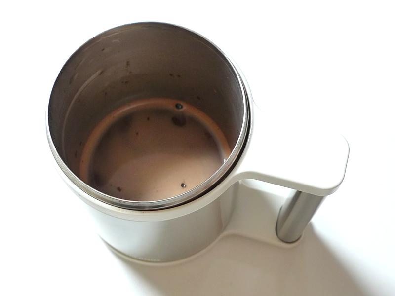 真空断熱マグコップでココアを飲む