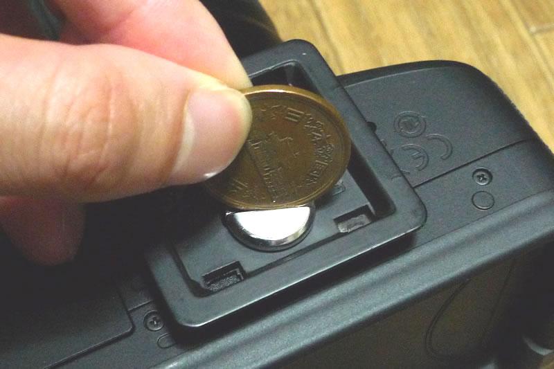 コインを使いネジを回します