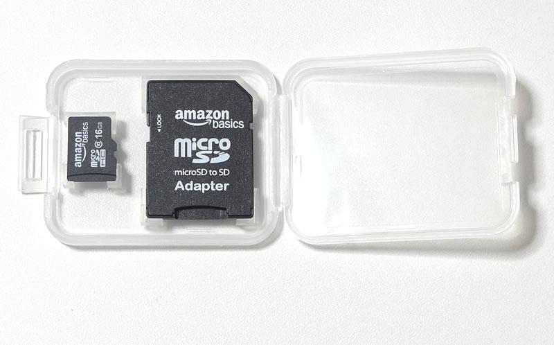 ケースに収納されているmicro SDHCカードとSDアダプター付
