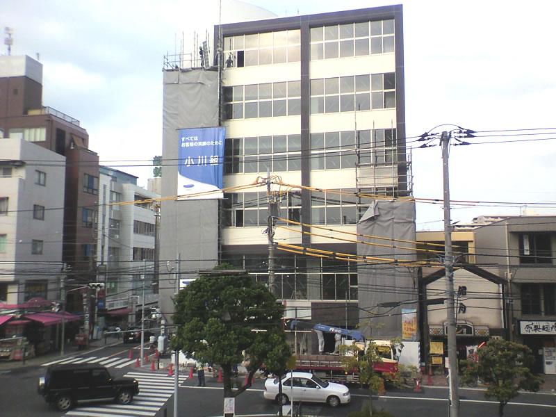 ずっと空地だった所に新しくビルが建設中でした。