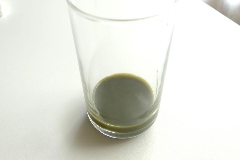 コップに抹茶ラテ原液を入れた