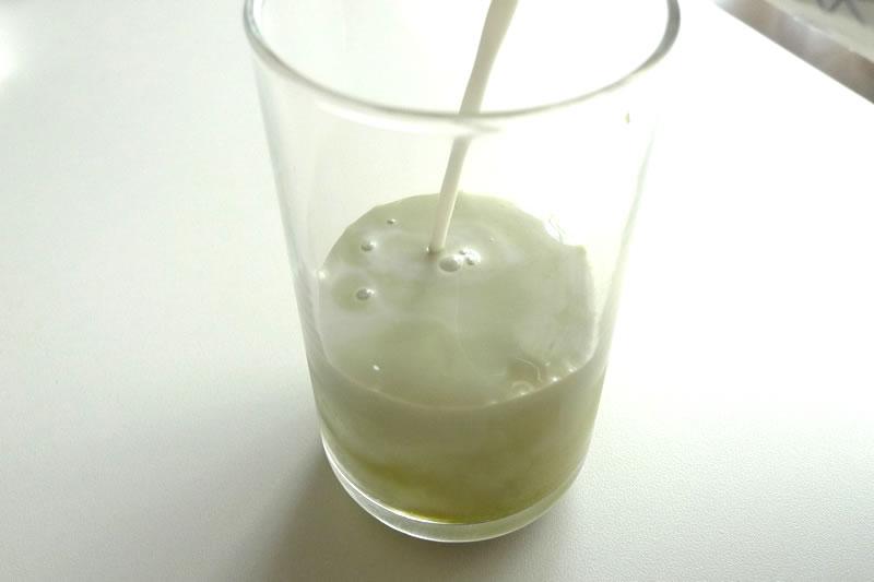 抹茶ラテに牛乳を投入