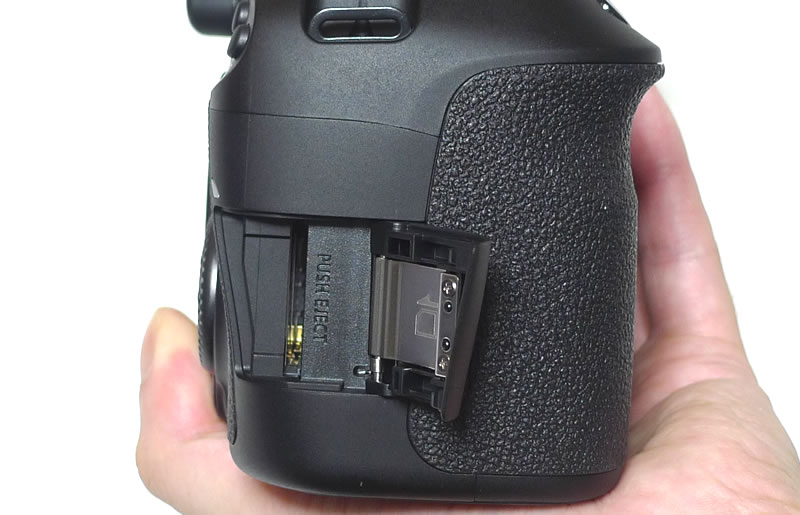 EOS 60D本体 SDカードスロット側