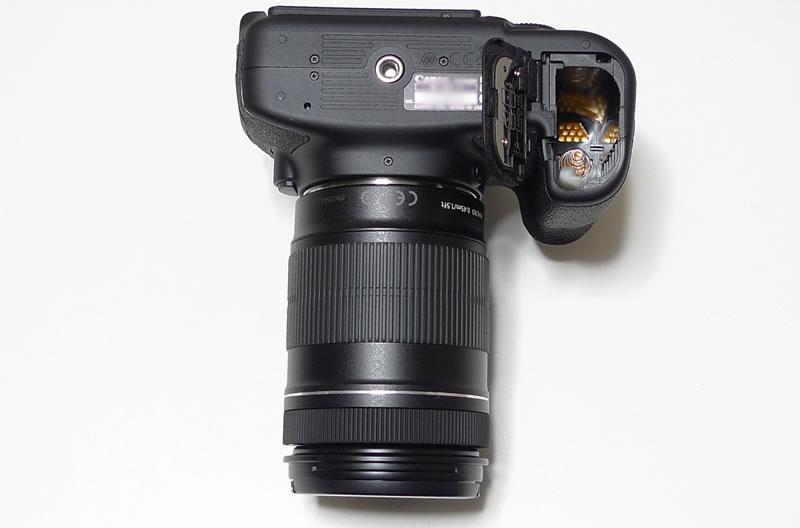 EOS 60D本体+EF–S18–135IS バッテリーボックスを開けた様子