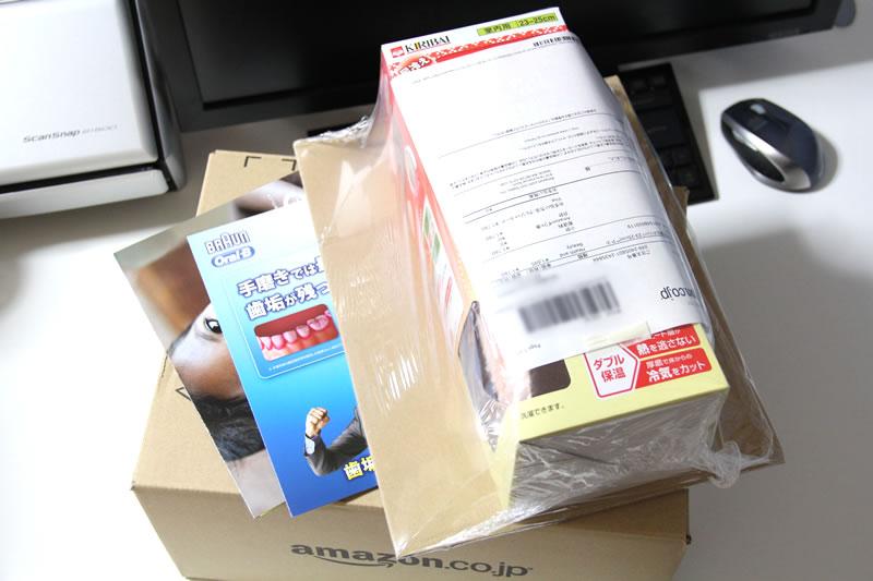 冷え込む季節になりましたので、この時期お馴染みの、強力な保温性があるスリッパ「足の冷えない不思議なスリッパ」を購入したのでレビューします。 毎度のアマゾンで購入です。 アマゾンから購入の桐灰 足の冷えない不思議なスリッパ スリッパの他に、何か用紙が入っています。 アマゾンの荷物に広告2枚が入っていた ブラウンの電動歯ブラシとプラン・ジャパンの広告でした。プランジャパンは海外の子供に寄付(学習・病気・衛生環境)する組織らしいのですが、寄付方法は2つあり、そのうちの一つが、特定の子供を見守ることができるというのがあります。 ある子供と年1回程度、手紙のやり取りが出るというものです。以前、知り合いに寄付をしていて、子供と手紙のやり取りをしていると聞いたことがありましたが、このプランジャパンのことなんだなと思い出しました。 桐灰 足の冷えない不思議なスリッパのパッケージ表 話はそれましたが、足の冷えない不思議なスリッパのパッケージ表側です。ブーツタイプのスリッパとしてはコンパクトです。 桐灰 足の冷えない不思議なスリッパのパッケージ表拡大 ダブル保温効果(内側の熱を逃がさない、外気を寸断)により暖かくなるそうです。 桐灰 足の冷えない不思議なスリッパのパッケージ横 パッケージ横に、詳しい図解入りで解説してあります。 桐灰 足の冷えない不思議なスリッパのパッケージ裏 ハッケージ後ろ側。 桐灰 足の冷えない不思議なスリッパのパッケージ裏アップ1 室内用で、23-25cmタイプを購入しました。後で書きますが、女性向けのサイズになります。 桐灰 足の冷えない不思議なスリッパのパッケージ裏のアップ2 スリッパの仕様・品質欄。洗えるので清潔です。 桐灰 足の冷えない不思議なスリッパ 23-25cm2 足の冷えない不思議なスリッパの実物です。サイズですが、パッケージには23cm~25mとありますが、実質、23cm~24.5cmまでだと思います。私の足のサイズは24.5cmですが窮屈な印象で、履き続けて、馴染むと何とか大丈夫かなと思っています。 足の冷えない不思議なスリッパの入り口部分 内側は、起毛加工がしてあり、温かいです。 足の冷えない不思議なスリッパの裏側部分 裏側は、滑りにくい素材の為、フローリングでも安定して歩けます。 足元が温かいと体全体も温かく感じ、冷え症の私にはとても助かる商品です。 残念ながら足のサイズが合わない人は、同じような内側に起毛加工がしてあるスリッパをお勧めです。