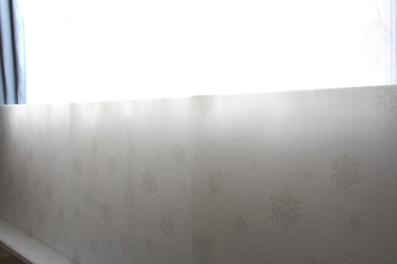 山善 窓際ボードを窓際に設置した様子