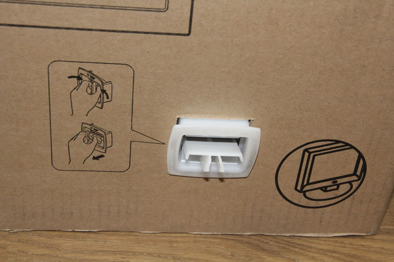 箱の下にある固定キャップを外した様子