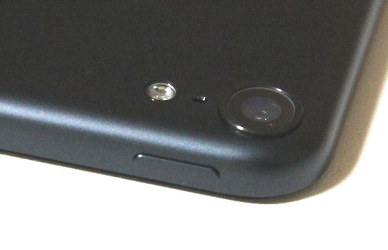 カメラ・マイク・LEDライト・電源ボタン