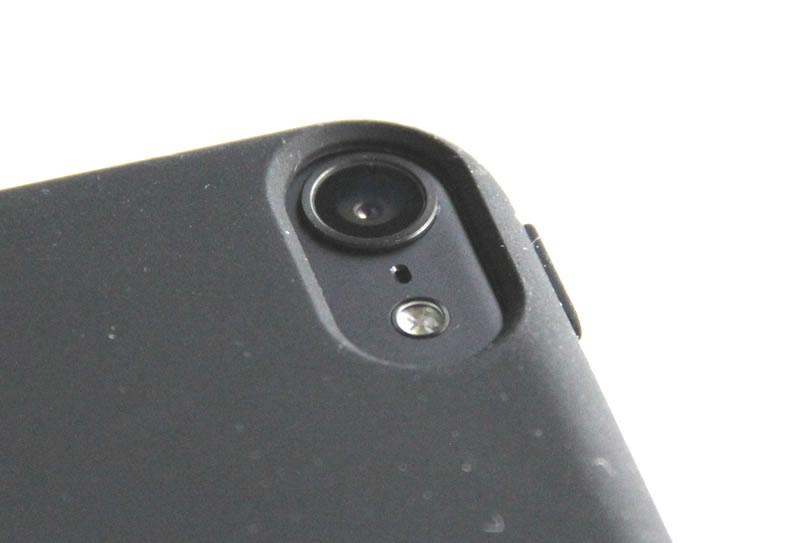 iPodtouchにケース装着後のカメラ部分
