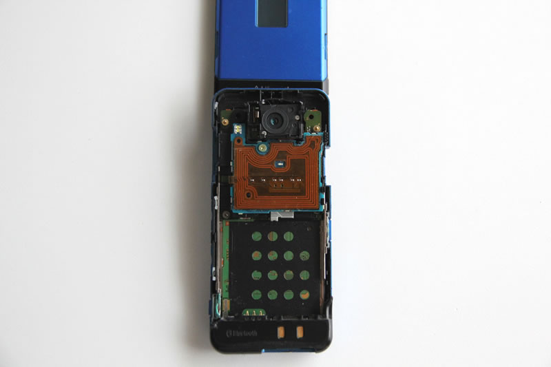 ドコモ P903iTV裏側のボディ分解