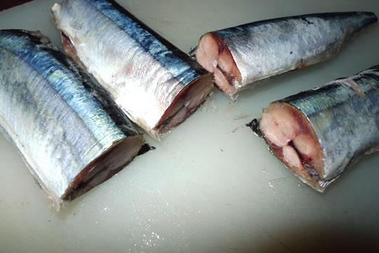 ローソンバリュー 北海道産 ふり塩さんまの裁断