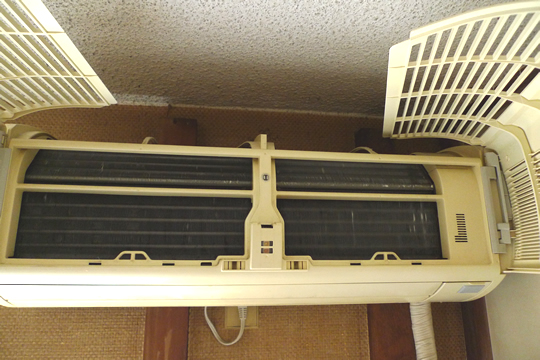 カビで汚れたエアコン