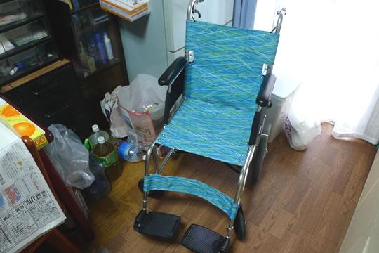 車いすを広げた状態