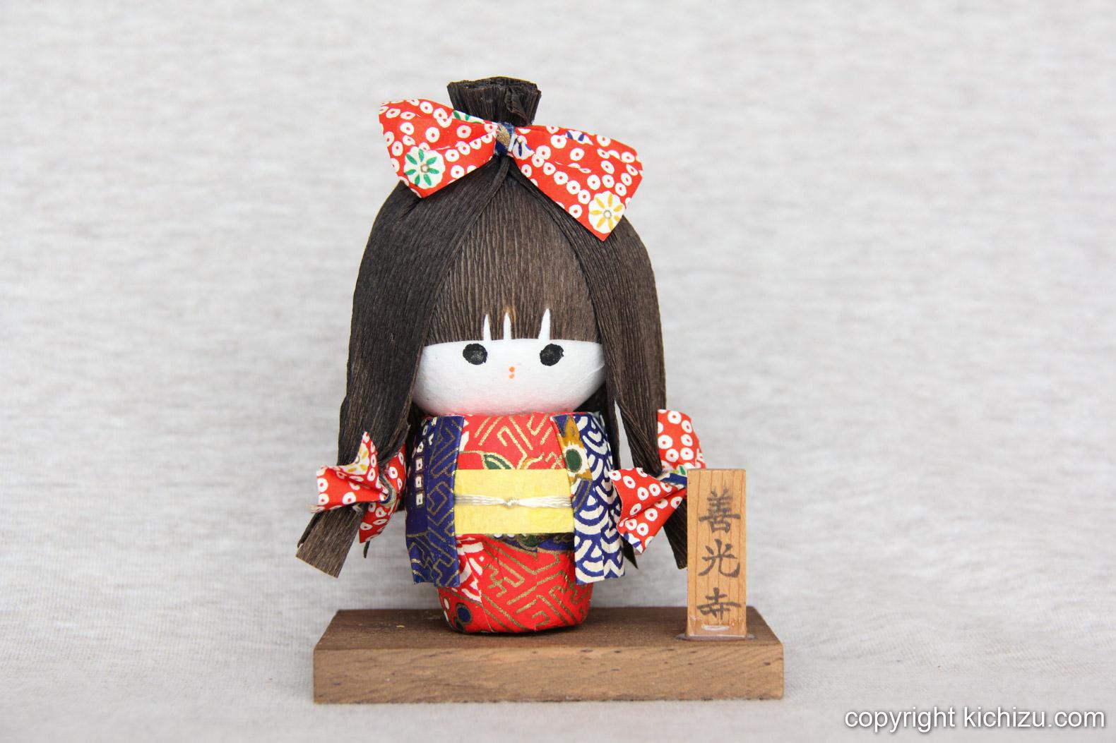 着物を着てリボンを付けた女の子のお人形