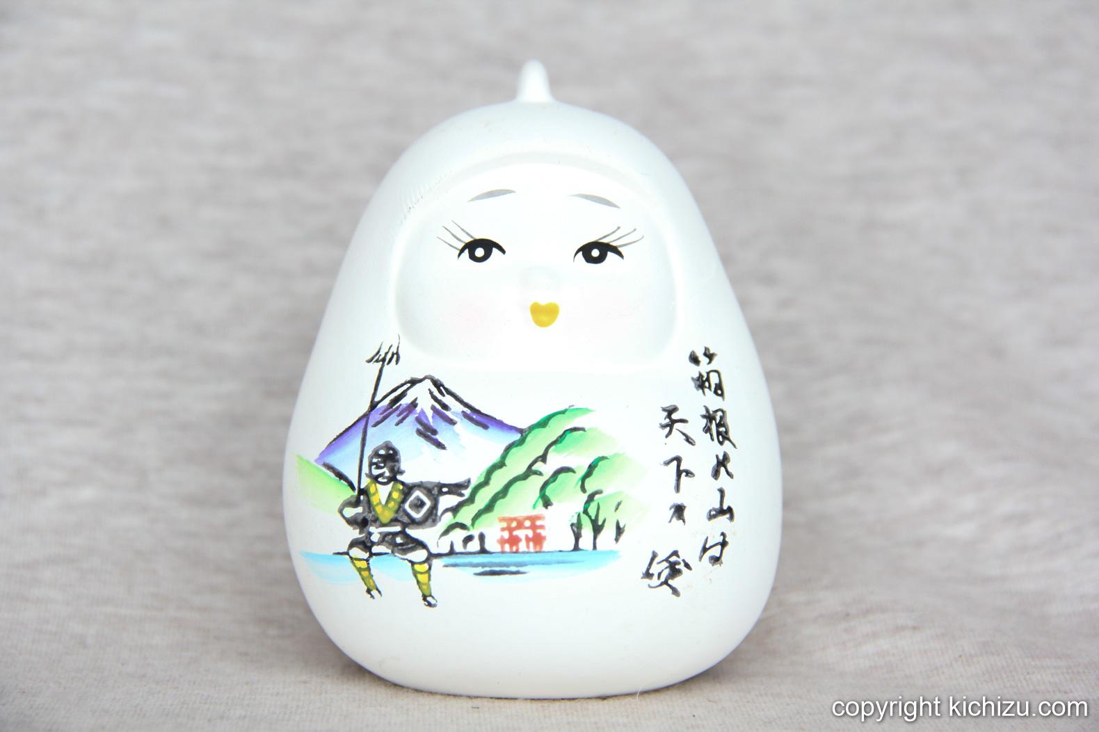 白い人形に、江戸時代の箱根の風景が描かれている。