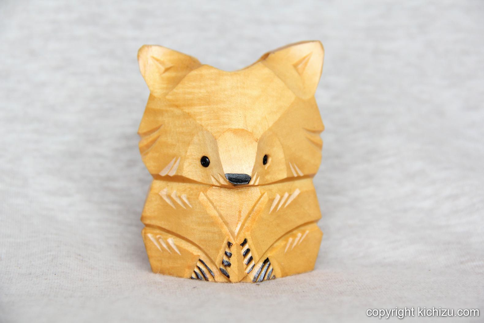 15cmぐらいの小さくてかわいらしい狐の置物。
