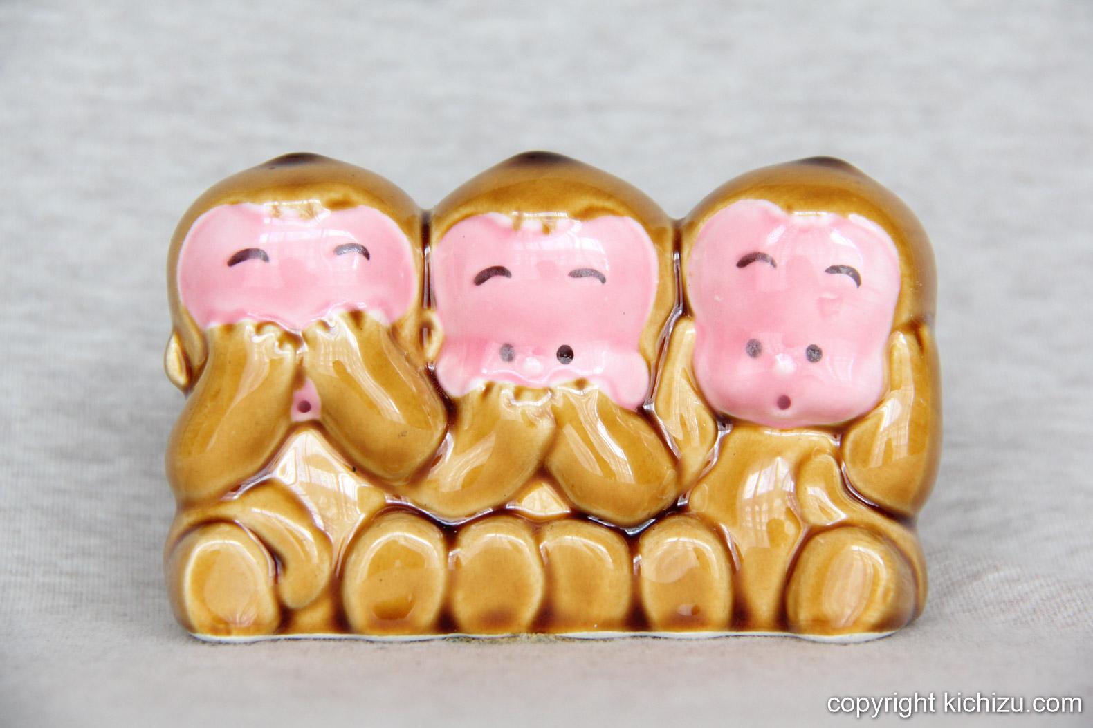ピンクの顔をしたかわいい三猿達。