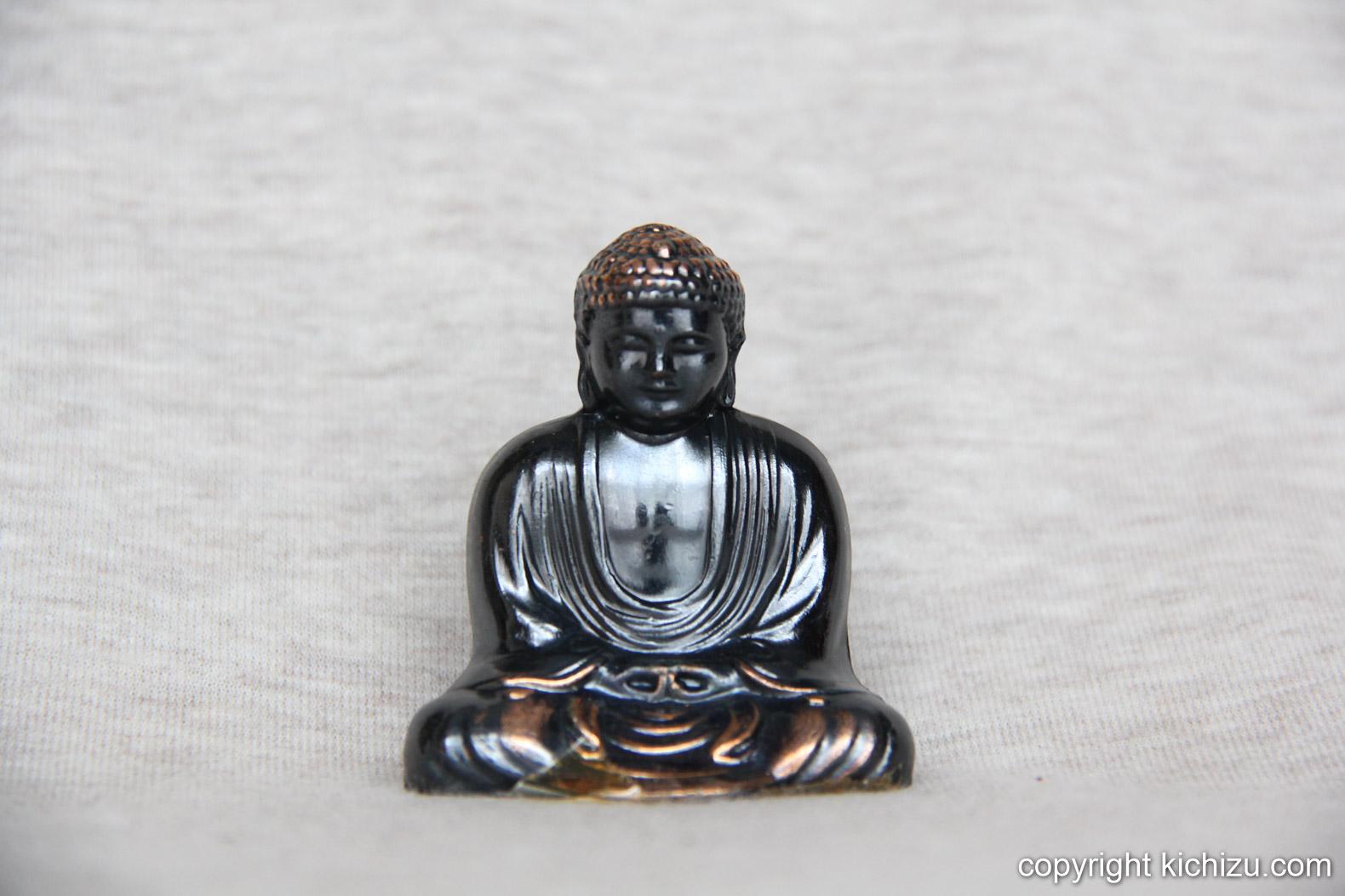 銅・黒の2色で色付けされた像。