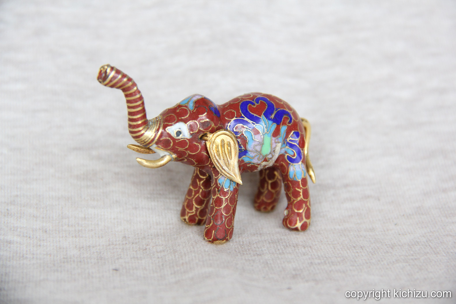インドを思わせる配色のぞう。耳の形に特徴ある。