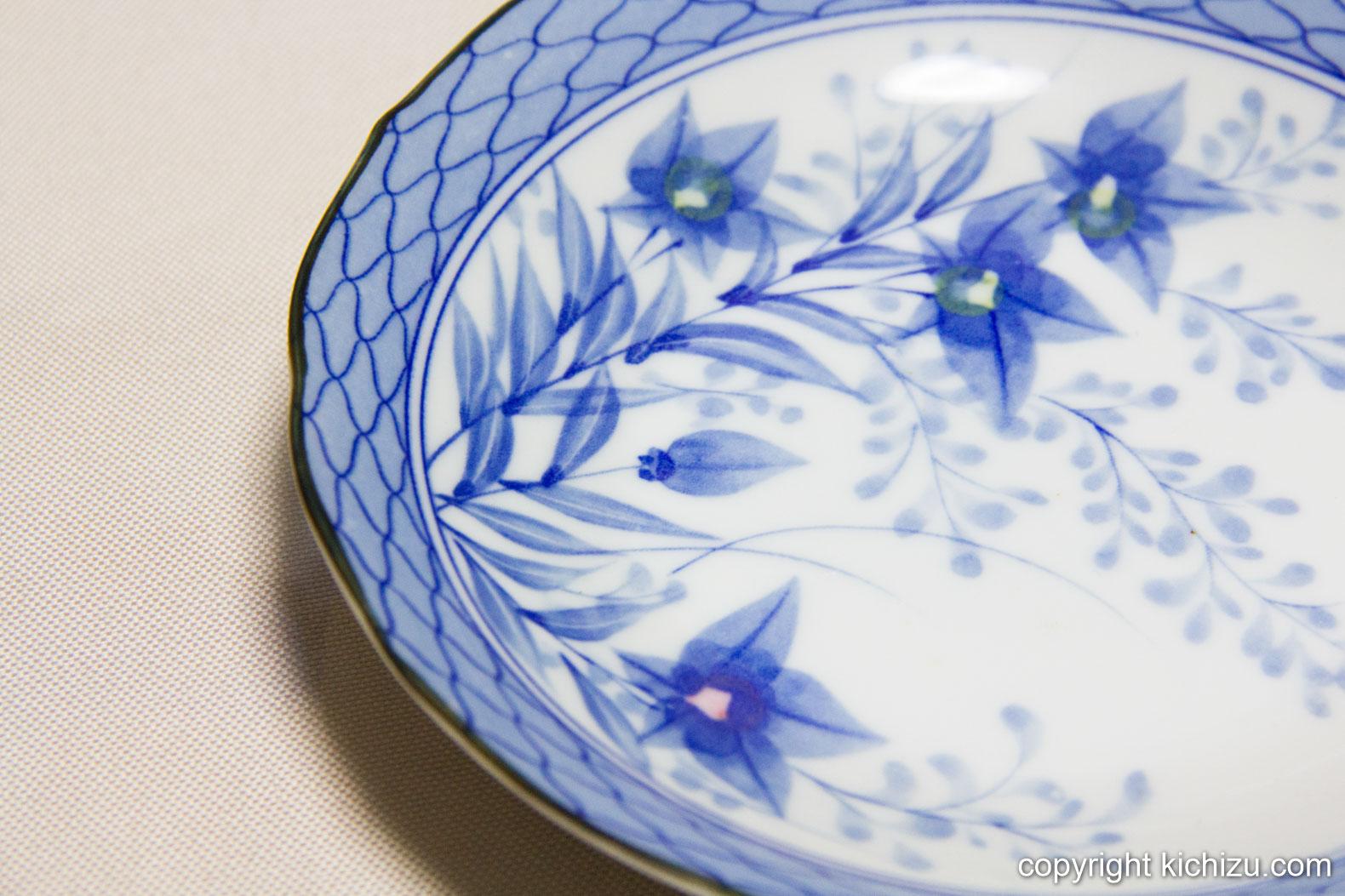 青を基調とした花柄のお皿