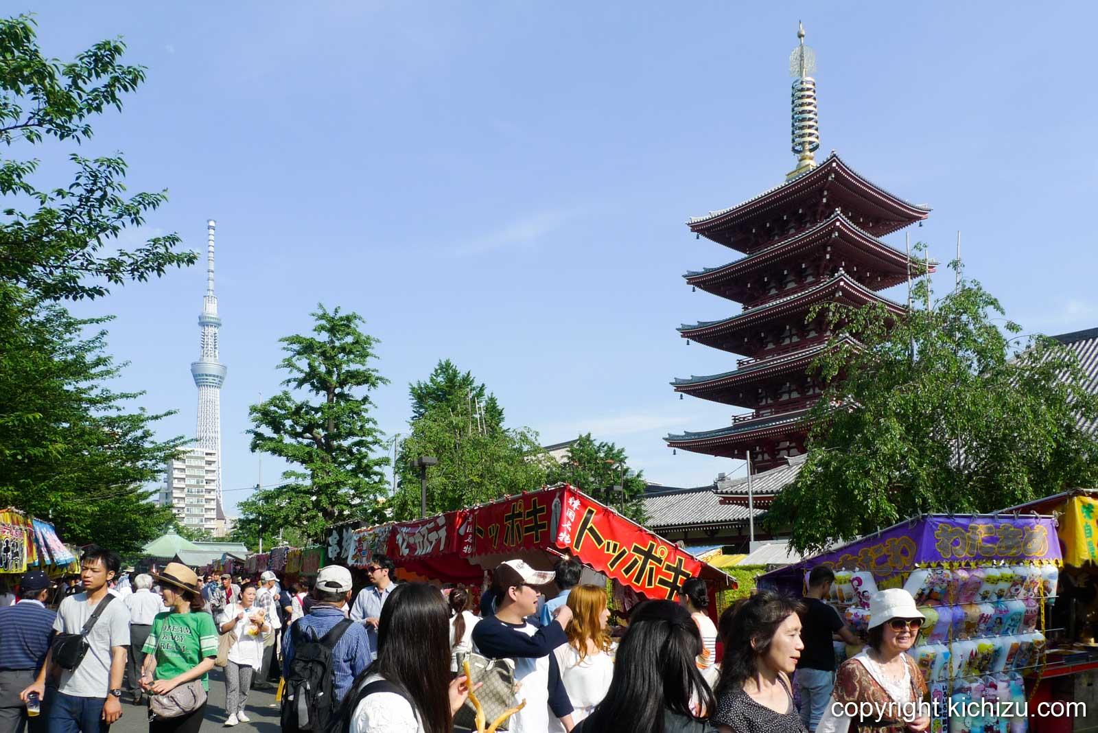 浅草寺の五重塔とスカイツリー