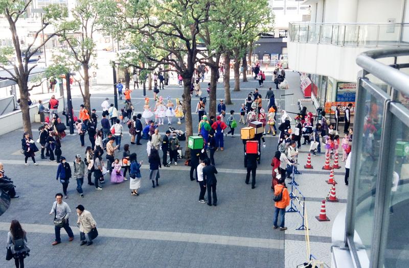 ヨドバシカメラ川崎前に集まるハロウィンイベント参加者