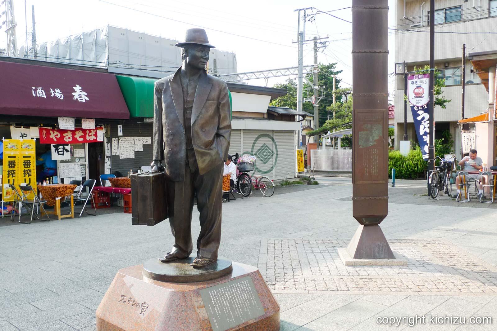柴又駅前の寅さん銅像