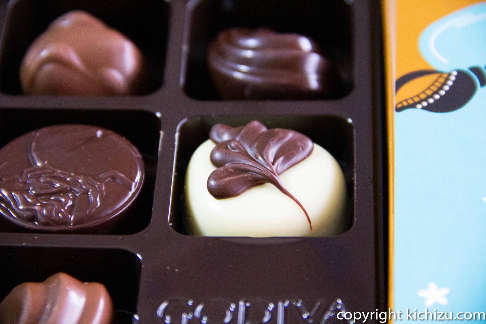 ホワイトと茶色の葉っぱをもよおしたチョコレート
