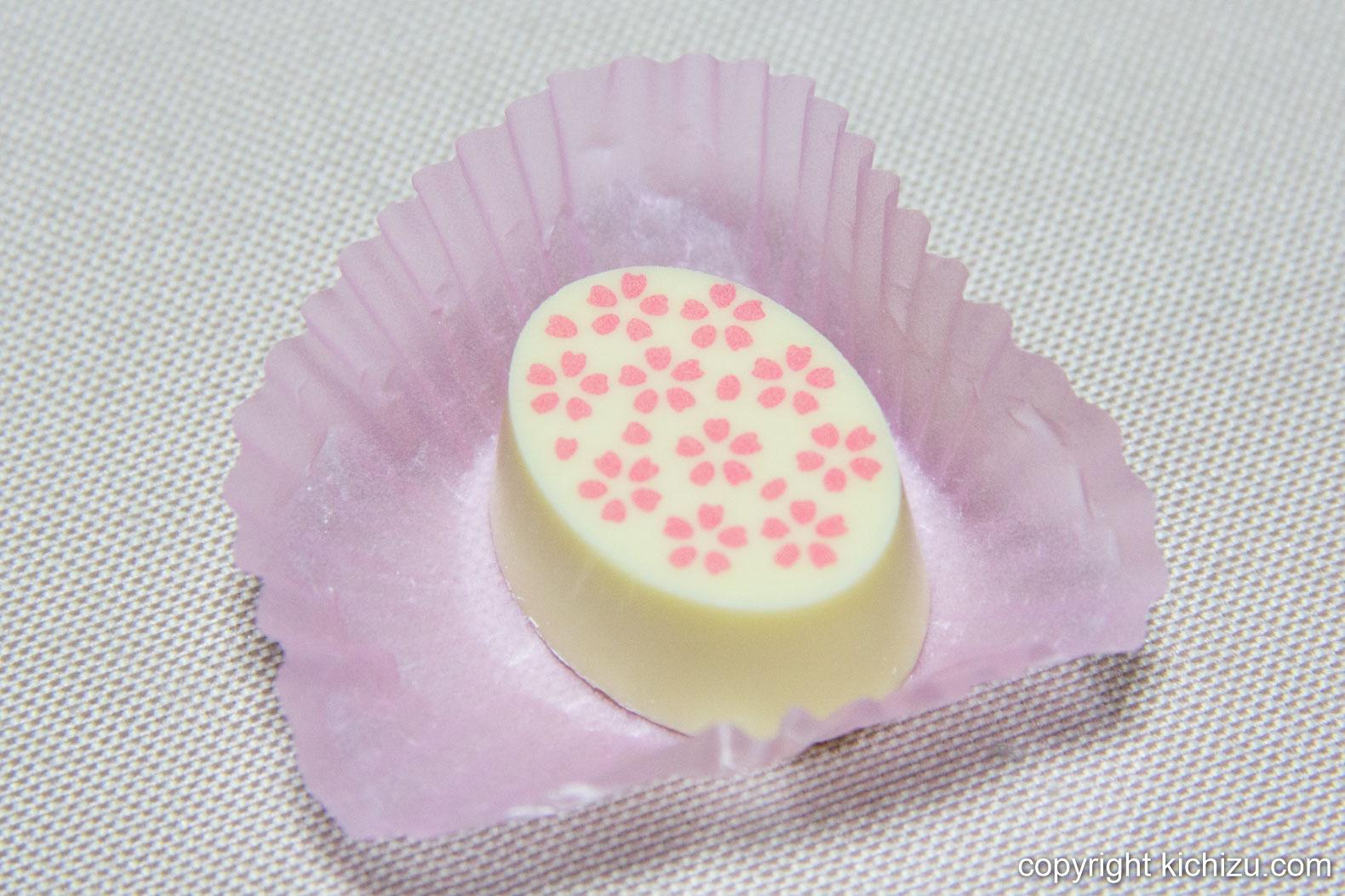 ホワイトチョコに桜が描かれたチョコレート