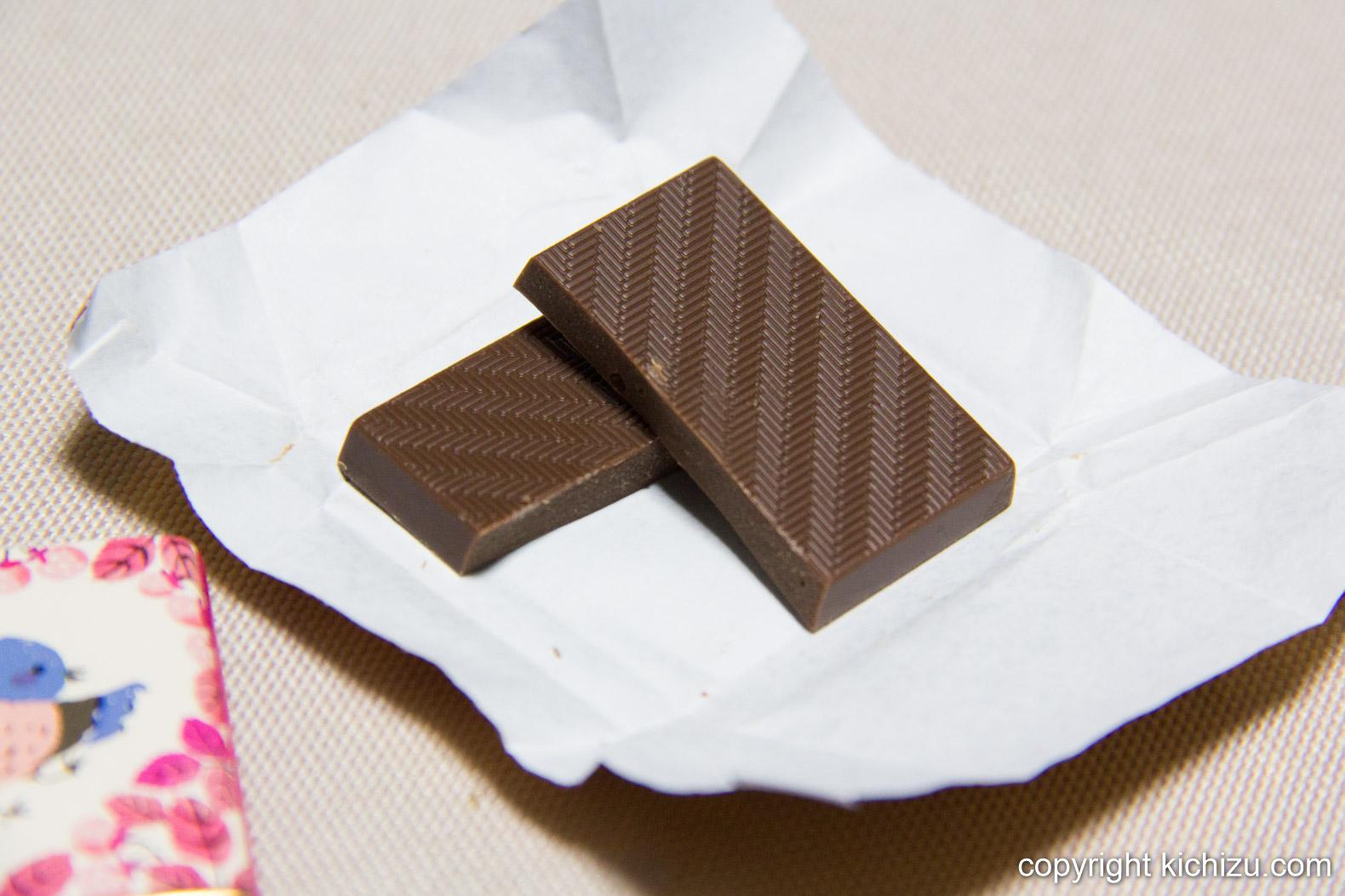 板チョコを割る