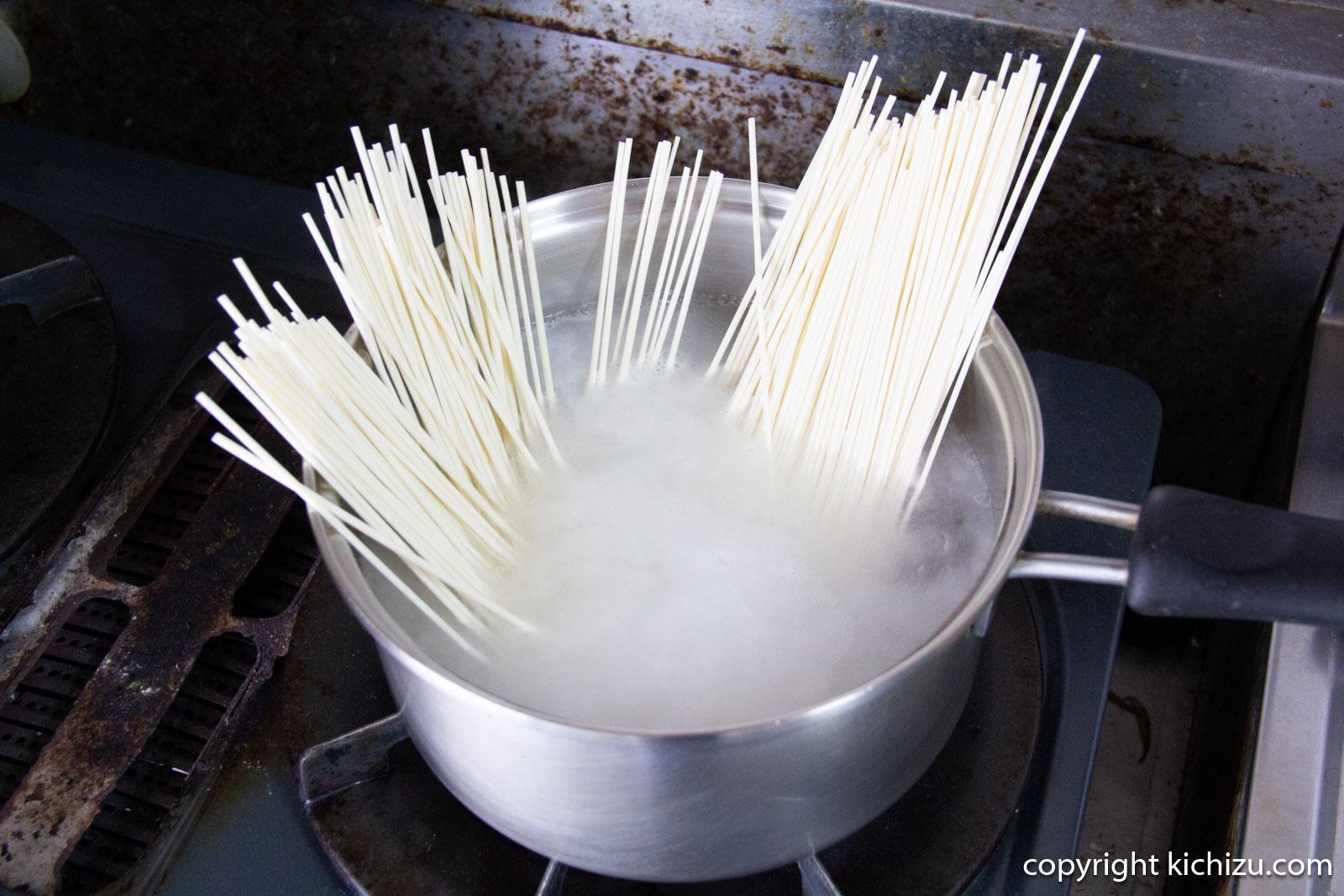 鍋にオカベの麺