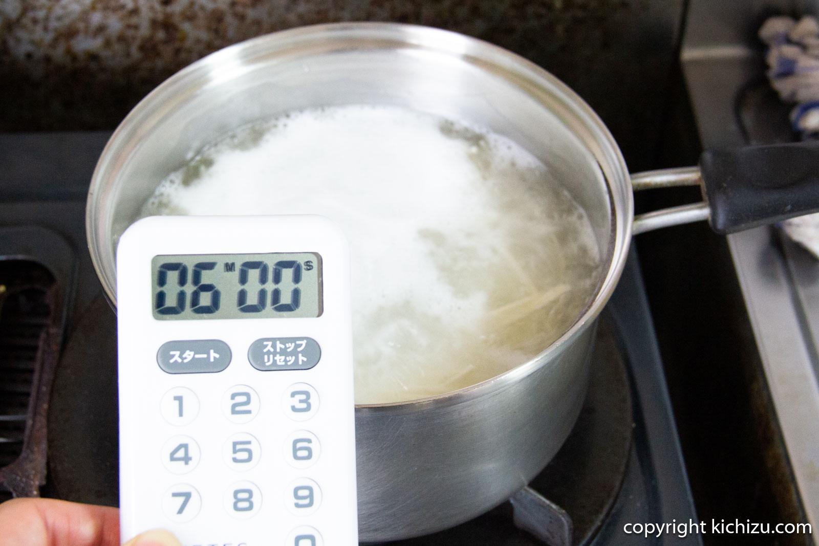 オカベの麺を6分茹でます