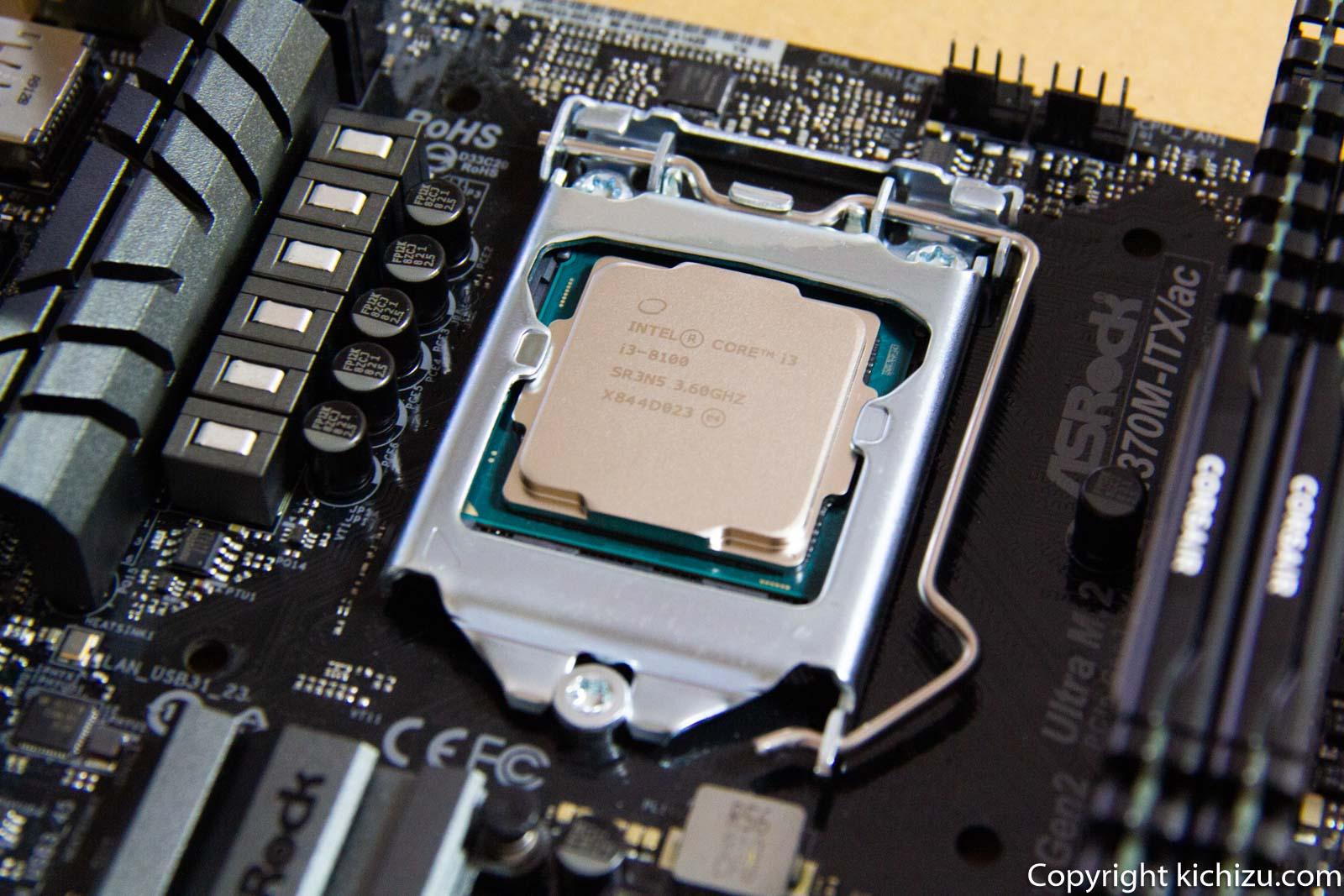 マザーボードに CPU を固定した様子