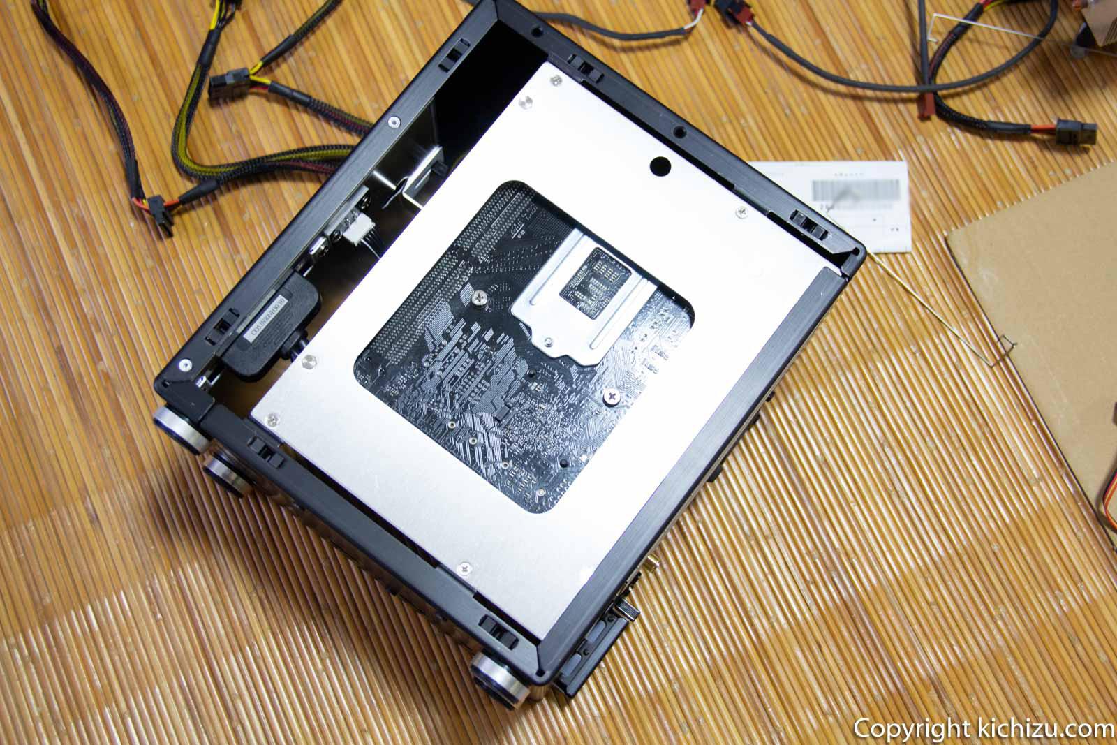 Mini ITX ケースにマザーボードを取り付ける