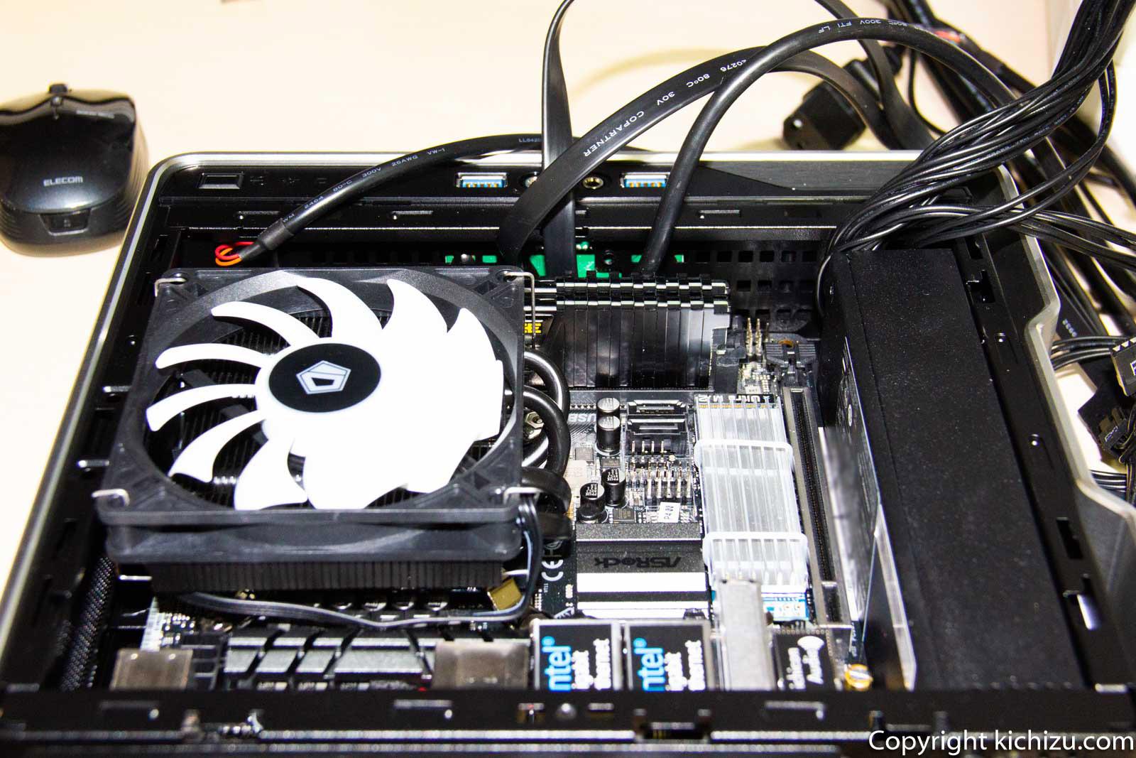 Mini ITXケースに マザーボードを入れた写真