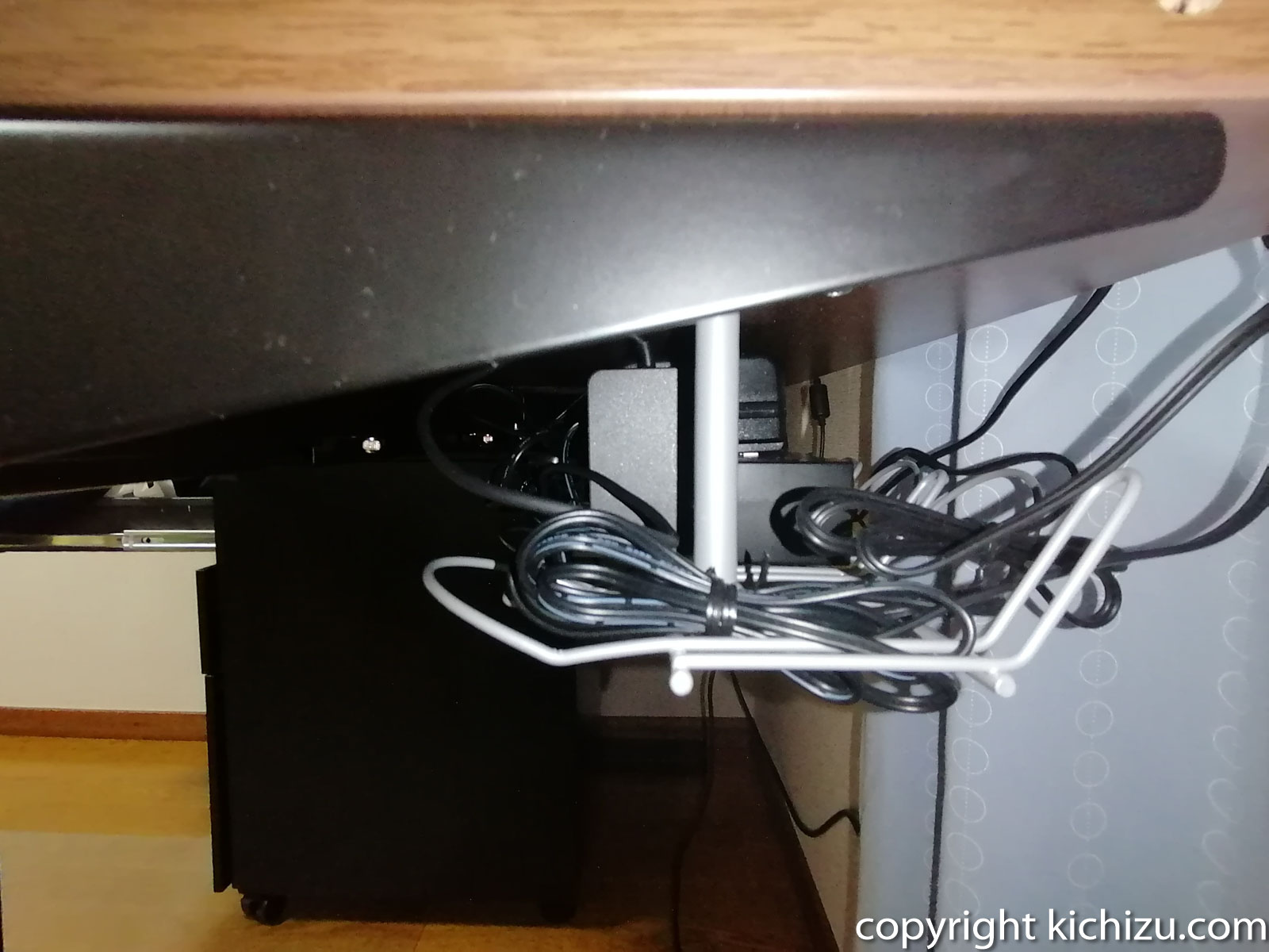IKEAのケーブルオーガナイザーを横から見た様子