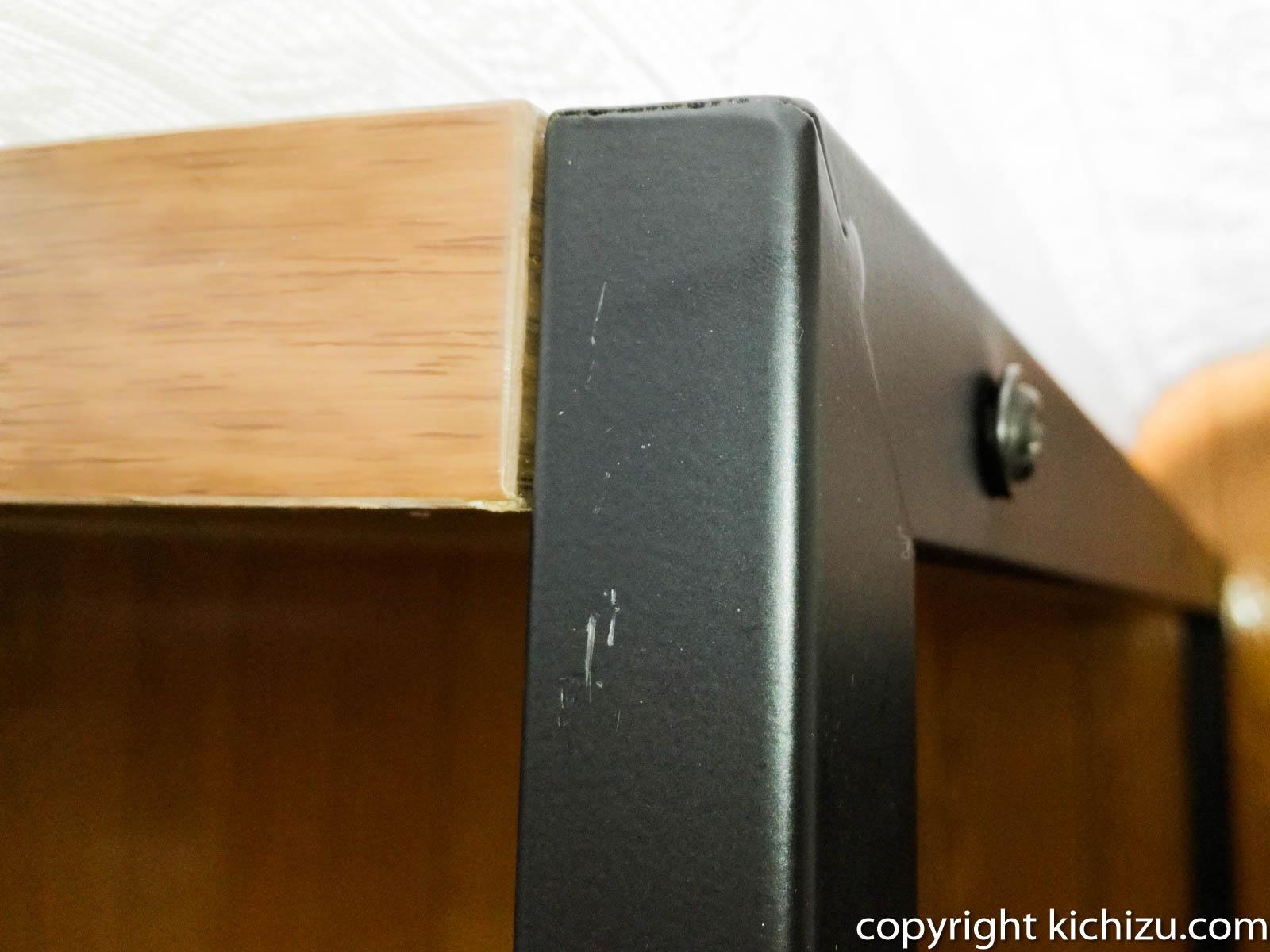 天板と机の脚をネジで固定する