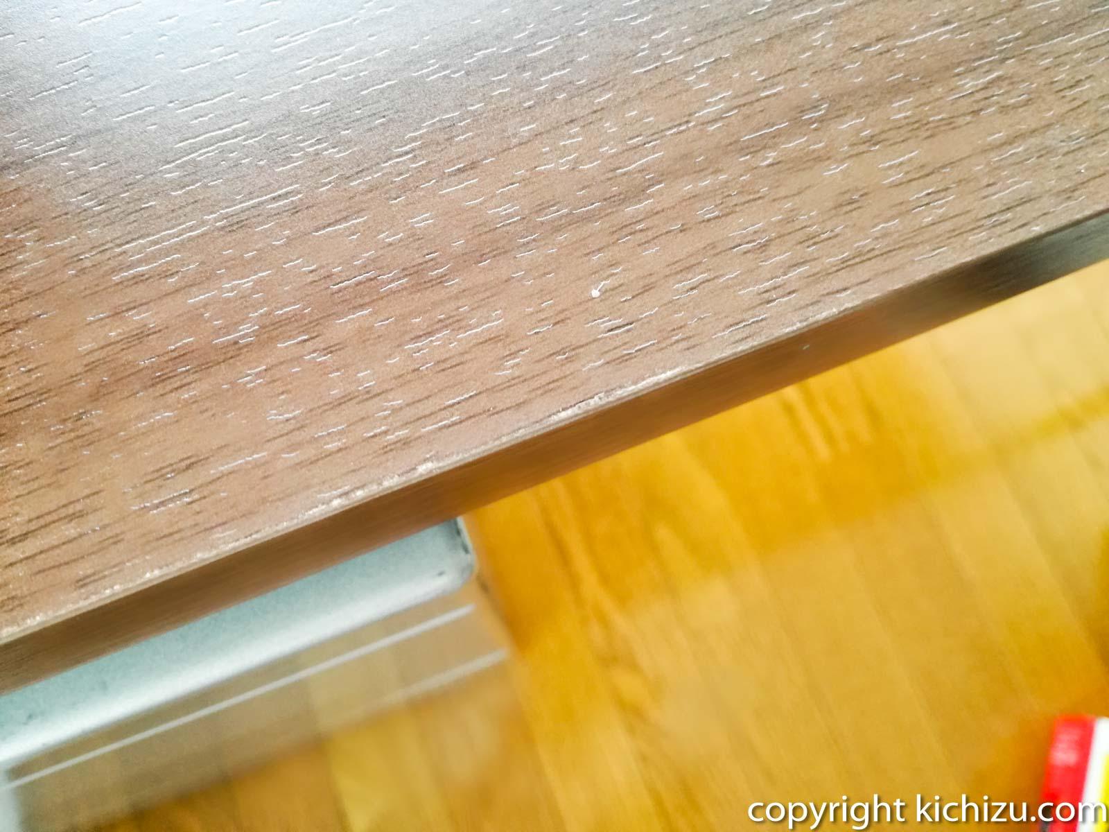 机の端が剥がれている