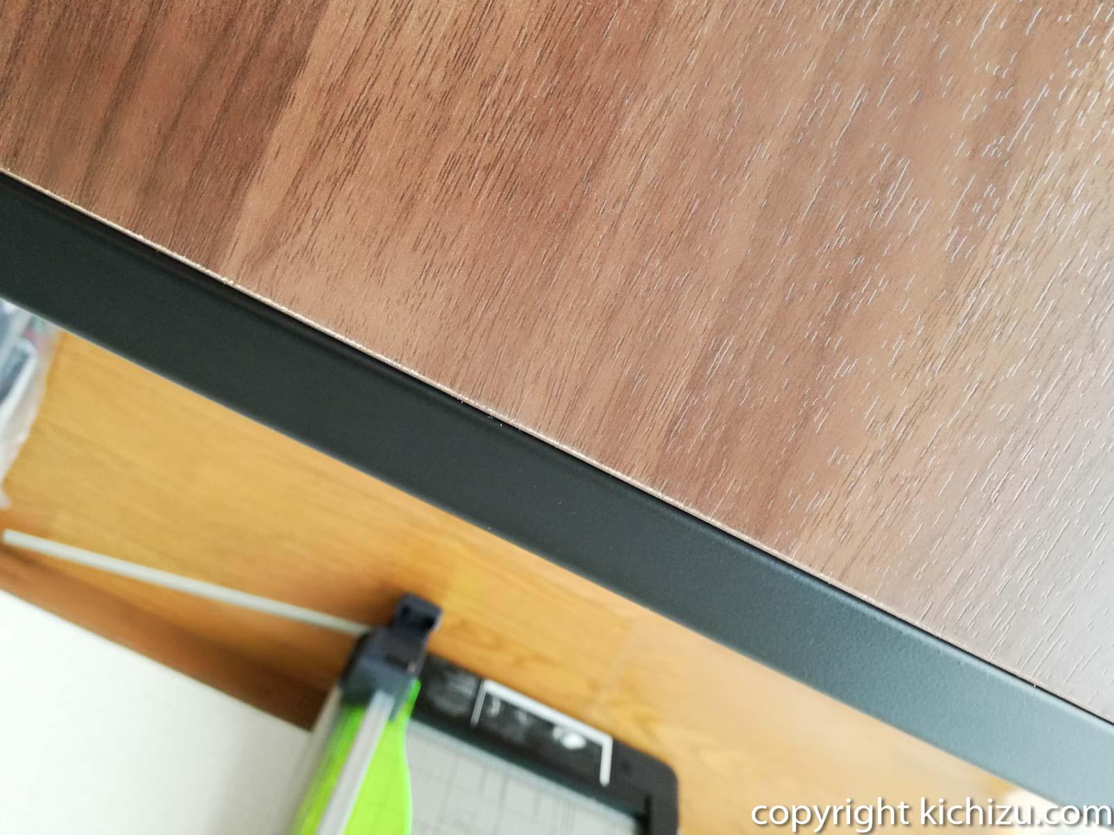机の端の塗料が剥がれている