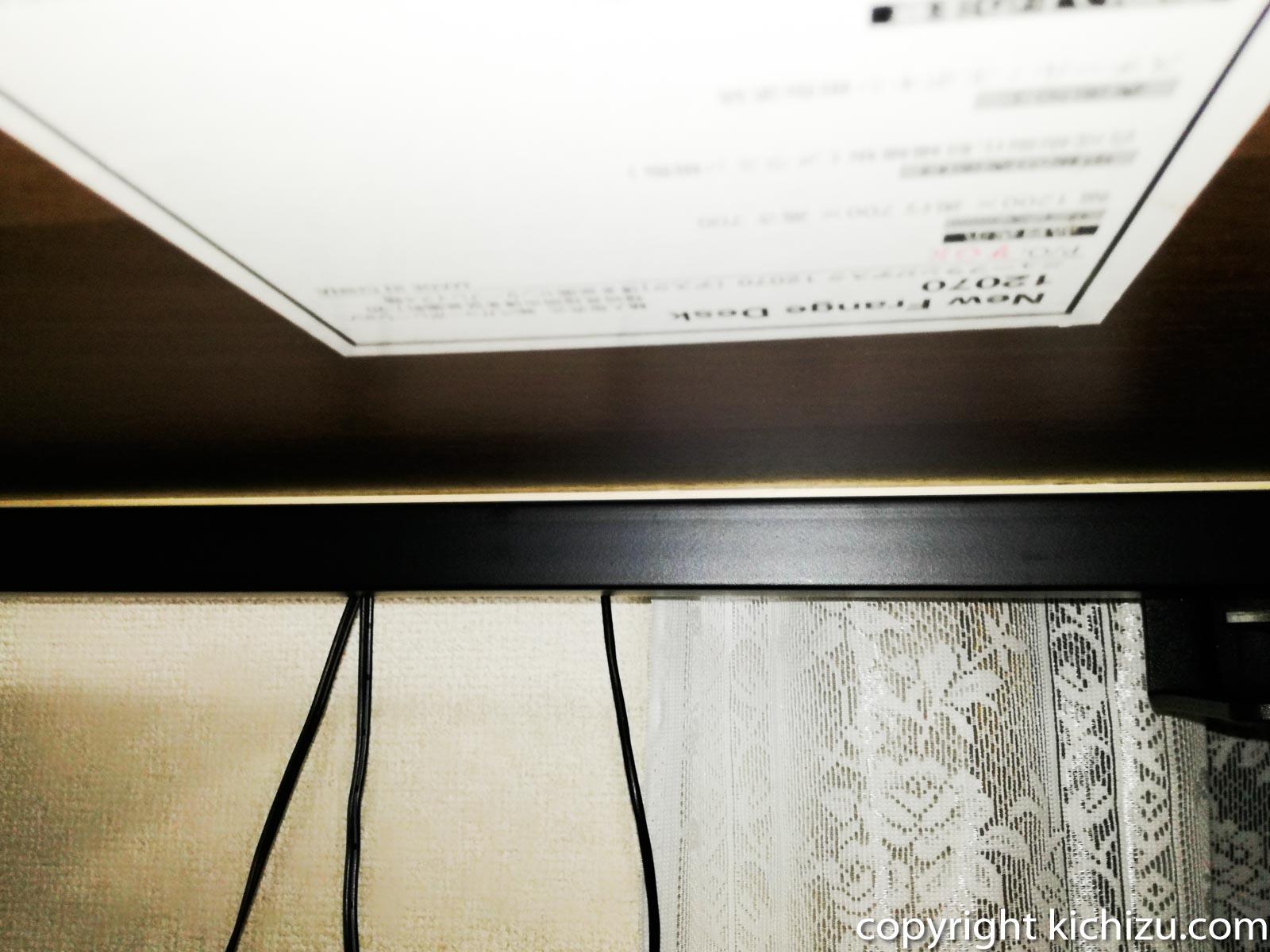 机と柱の間に木材を入れる