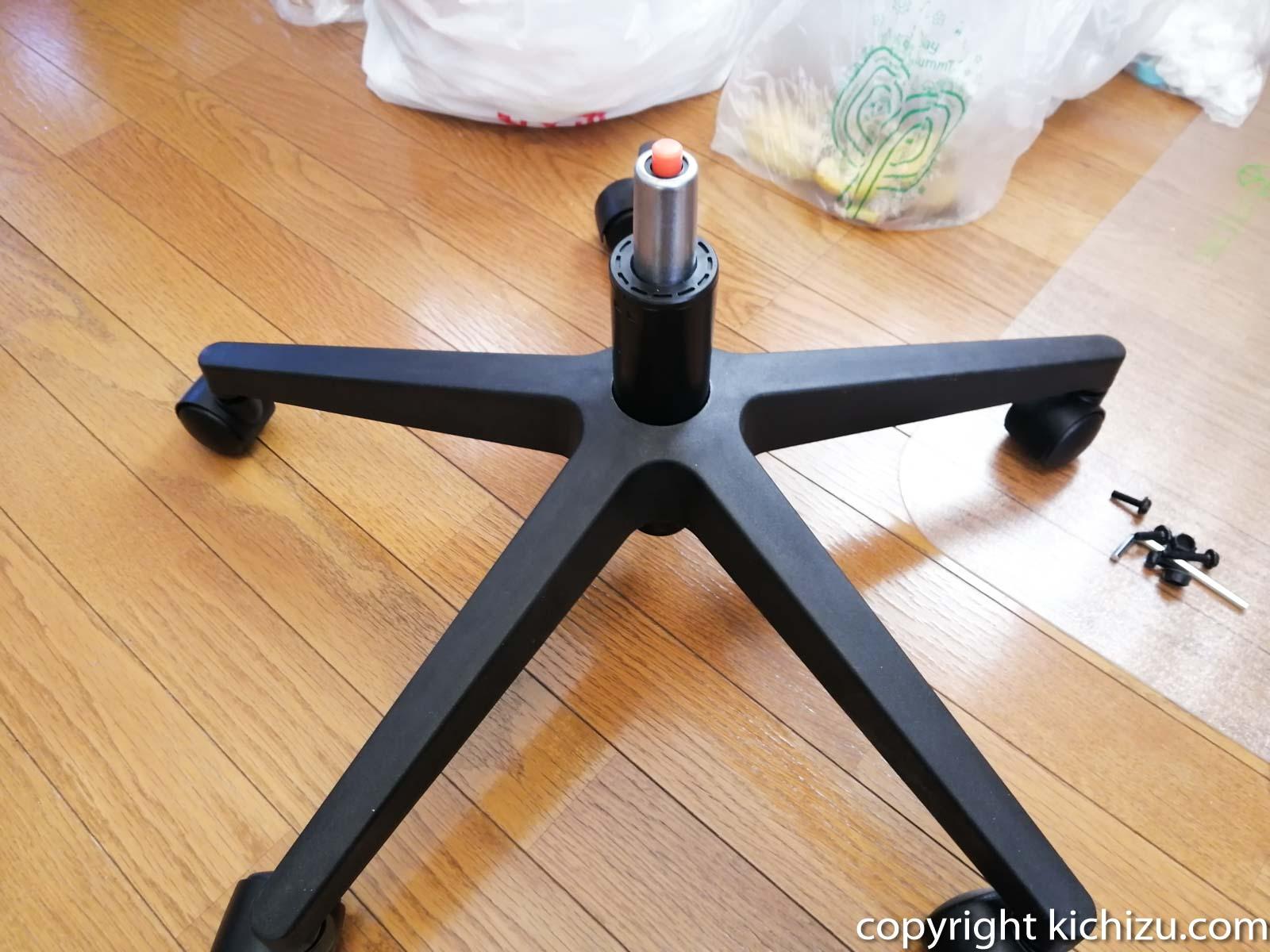椅子の足にガスシリンダーを取り付ける