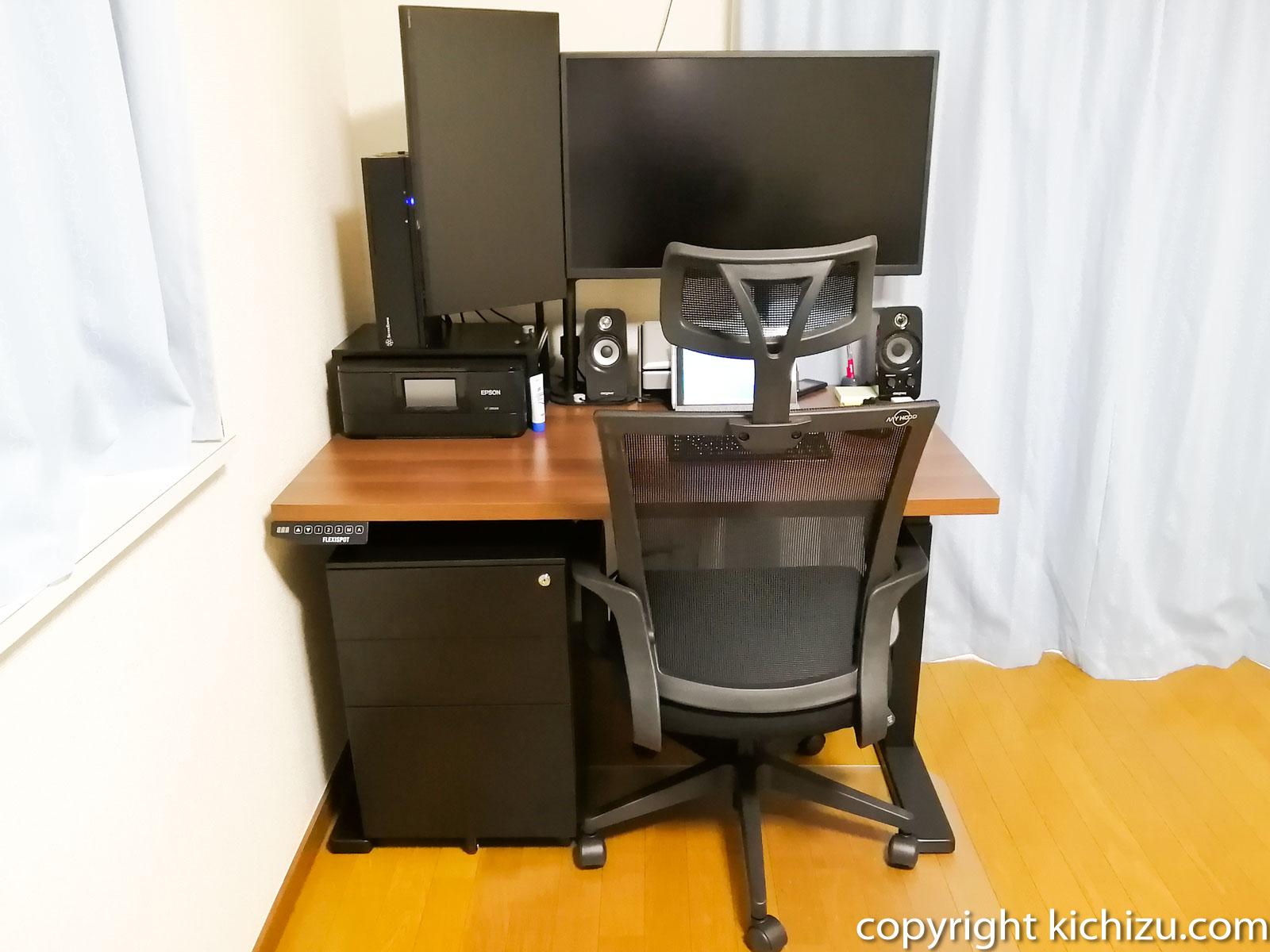 机に設置した椅子を後ろから見た状態