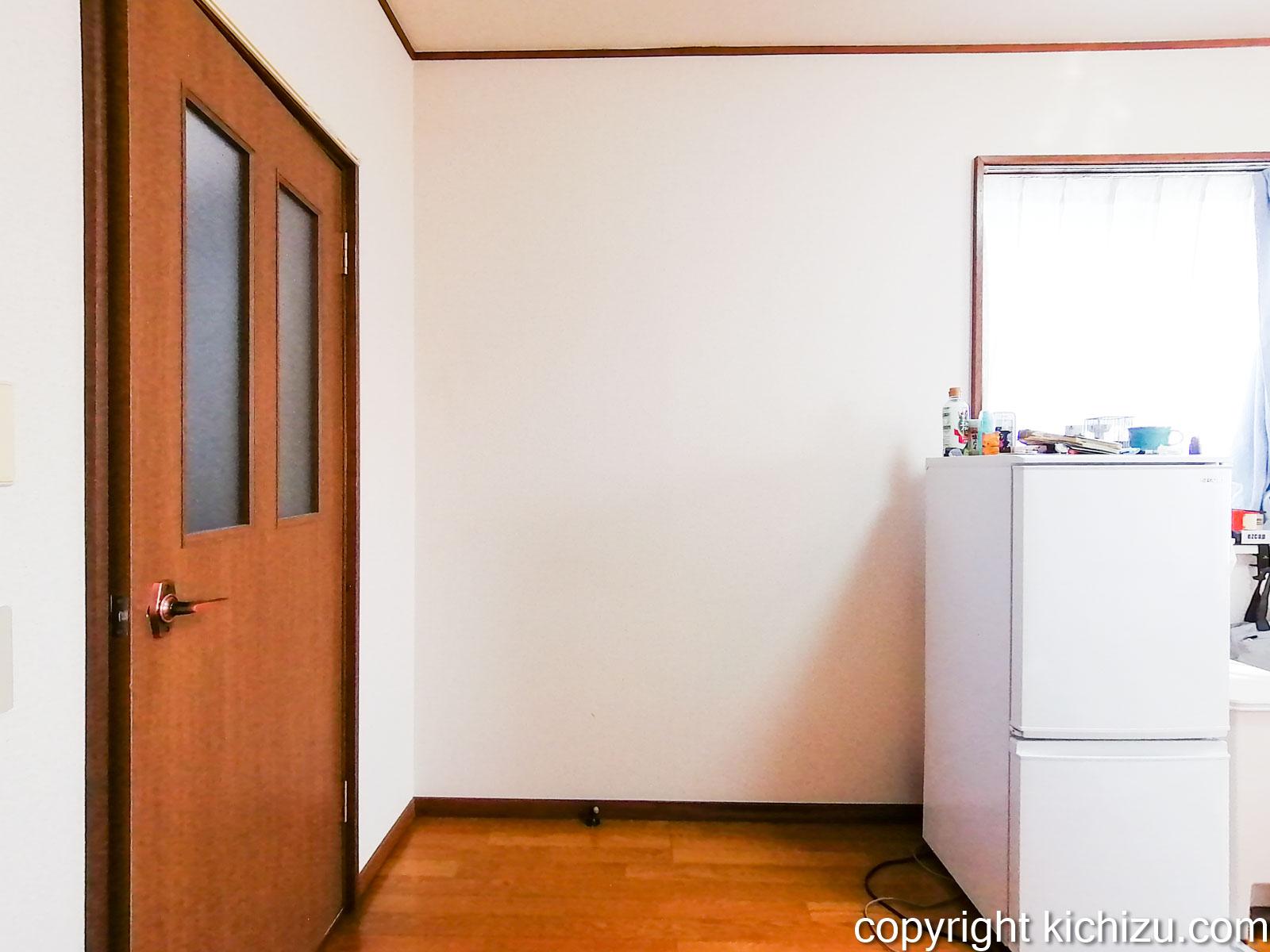 洋服収納棚とキッチンラックを置く