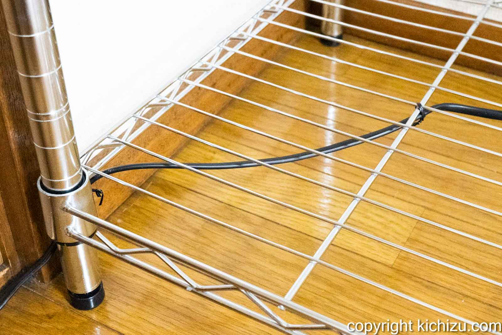 針金で電源コードを取り付ける