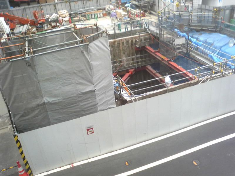 川崎日航ホテル横に通路の穴