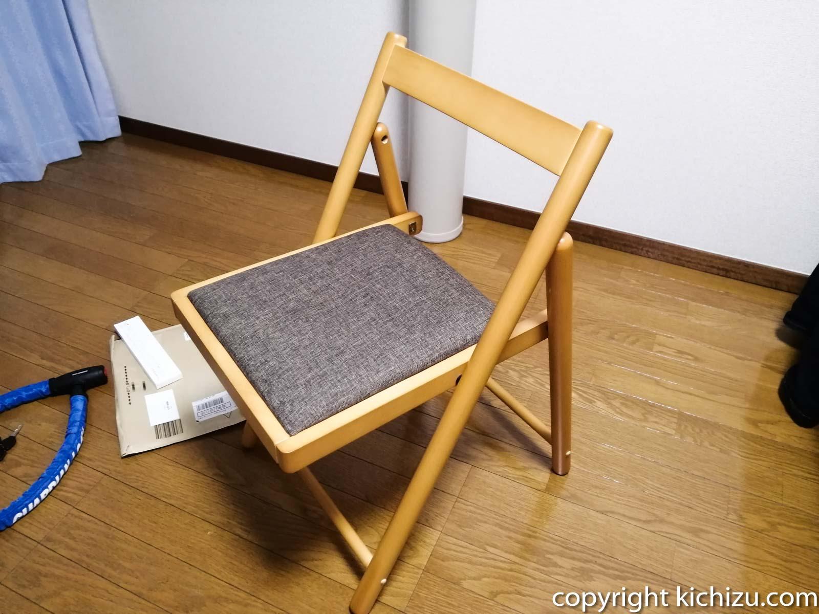 傷防止シールを貼る前の椅子