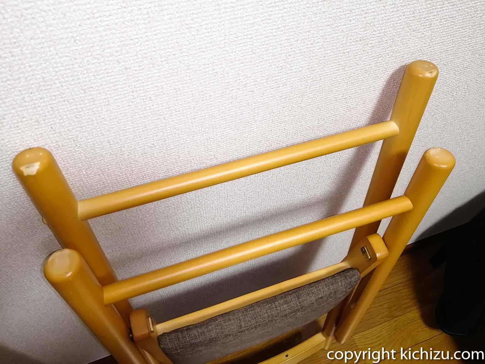 椅子の脚を見る