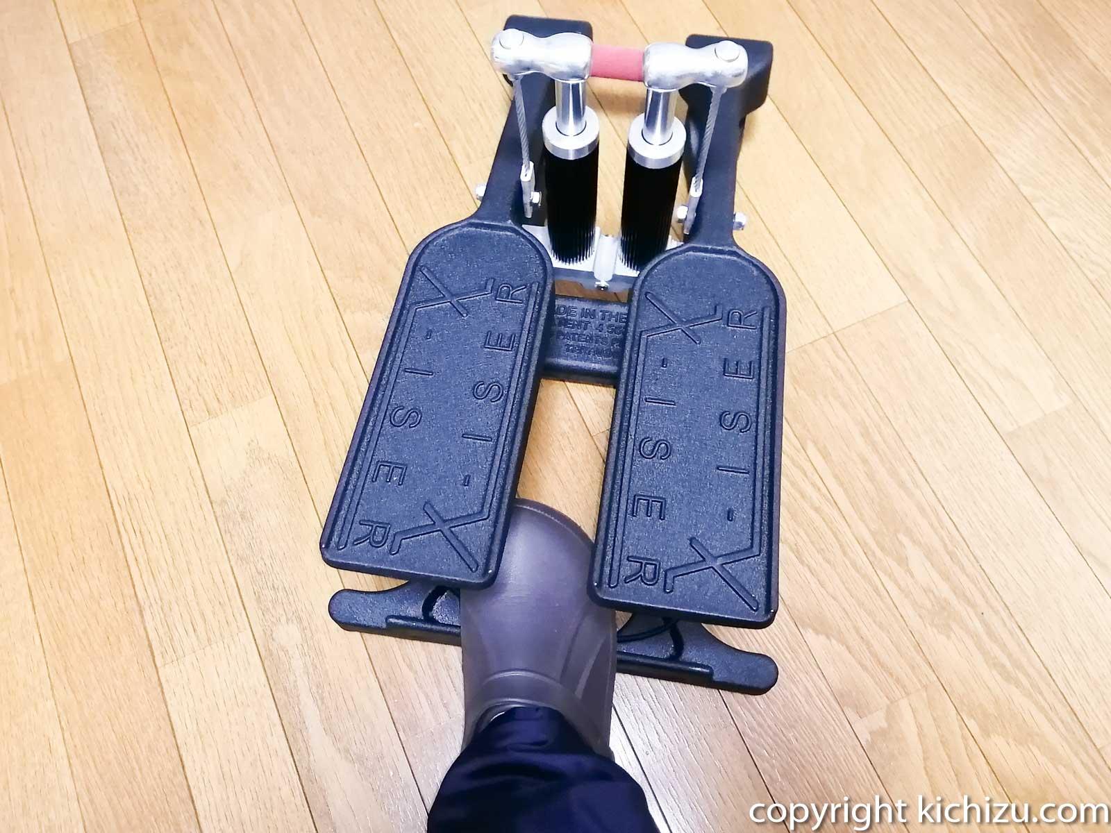エクサーのステッパーを足で引っ張る