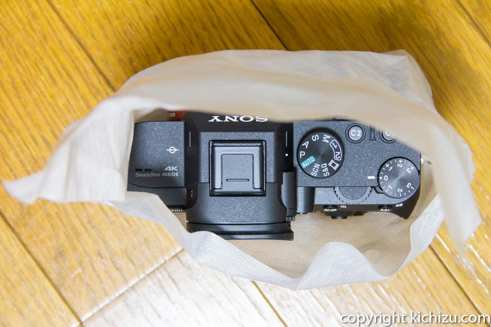 不織布包まれたカメラ